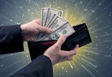 Рука принимает вне серии доллара от бумажника Стоковая Фотография RF