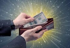 Рука принимает вне серии доллара от бумажника Стоковые Изображения RF