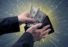 Рука принимает вне серии доллара от бумажника Стоковые Фотографии RF