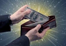 Рука принимает вне серии доллара от бумажника Стоковая Фотография