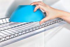 Рука принимает шар от кухонного шкафа кухни внутри шкафа плиты провода Стоковая Фотография RF