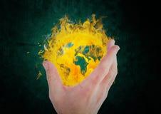 рука принимая значок огня земли зеленый цвет предпосылки черный Стоковые Изображения