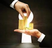 Рука принимая золотые монетки Стоковое Изображение