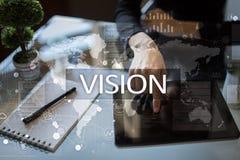 рука принципиальной схемы коммерсантки 3d указывая слово зрения Дело, интернет и концепция технологии Стоковые Фотографии RF