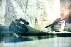 рука принципиальной схемы чалькулятора предпосылки бухгалтерии изолированная над белизной Стоковое Фото