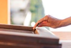 Рука приспособлений женщины зашкурить Стоковая Фотография RF