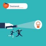 Рука при свет факела показывая решение к бизнес-группе Стоковое Изображение RF