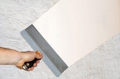 Рука при шпатель выравнивая Стоковые Изображения RF