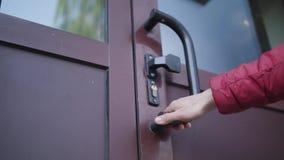 Рука проверяет запертую дверь стоковые фотографии rf