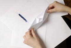 Рука произвела бумажную шлюпку Стоковое Изображение RF