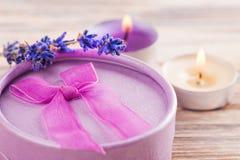 Рука произвела фиолетовый подарок с смычком, лавандой Стоковое Фото
