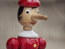 Рука произвела характер марионетки Pinocchio стоковое фото rf