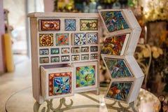 Рука произвела кухонный шкаф colorfull деревянный стоковая фотография