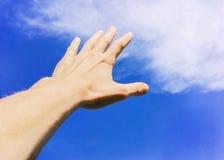 Рука против неба и облаков, руки достигая для неба, схематического фото стоковая фотография rf