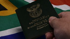 Рука проходя южно-африканский паспорт видеоматериал