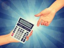 Рука проходя калькулятор стоковые изображения