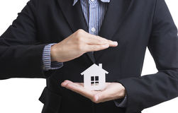 Рука продавца дела держа страхование жилья Стоковое Фото