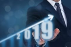 Рука пункта бизнесмена на верхней части диаграммы стрелки с высоким темпом роста Успех и растущая диаграмма роста в компании или стоковое изображение