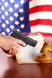 рука пушки gavel судит вертикаль Стоковое Изображение