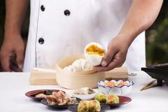 Рука плюшки вареника chefd испаренной удерживанием Стоковая Фотография RF