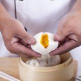 Рука плюшки вареника chefd испаренной удерживанием Стоковое фото RF