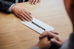 Рука работодателя храня окончательное вознаграждение к работнику, письму o стоковые изображения