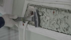 Рука рабочий-строителя полирует небольшую часть стены с небольшим молотком акции видеоматериалы