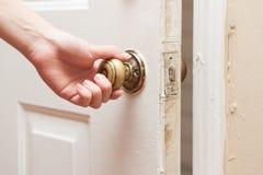 Рука раскрывая дверь стоковая фотография rf