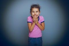 Рука ребёнка oops к рту на серой предпосылке Стоковое фото RF