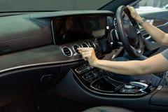 Рука регулирует направление кондиционера воздуха автомобиля стоковые фотографии rf