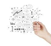 Рука рисует концепцию диаграммы успеха в бизнесе на виртуальном экране как c стоковые фото