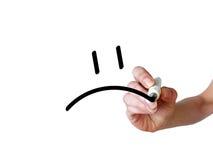 Рука рисует унылый smiley с черной отметкой на прозрачное whiteboar Стоковая Фотография