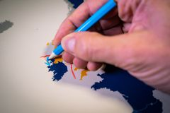Рука рисуя голубую стрелку между Великобританией и концепцией Северной Ирландии, Backstop и Brexit стоковые изображения