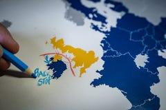 Рука рисуя красную линию между Великобританией и концепцией Северной Ирландии, Backstop и Brexit стоковая фотография rf