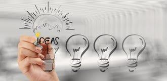 Рука рисуя творческую стратегию бизнеса с электрической лампочкой Стоковое Изображение
