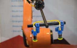 Рука робота для стеклянных выбора и места стоковое фото