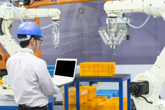Рука робота управлением инженер-механика стоковое изображение rf