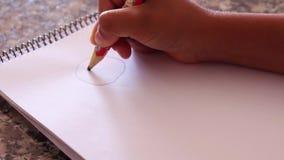 Рука руки ребенк рисуя счастливую сторону на простой белой бумаге полное HD 1920x1080 сток-видео
