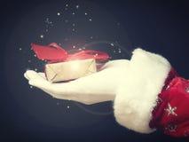 Рука Санта с подарочной коробкой стоковое изображение rf