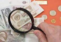 рука сборника монеток стеклянная увеличивая s стоковые изображения rf
