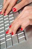 Рука секретарши s печатая на машинке на клавиатуре компьютера Стоковое Изображение RF
