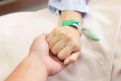 рука сжатия его супруга супруга s стоковые изображения rf