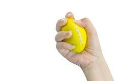 Рука сжимая шарик стресса, женщину стоковые изображения rf