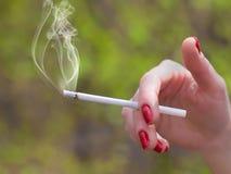 рука сигареты Стоковое Изображение