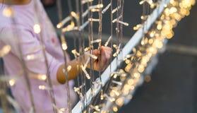 Рука смертной казни через повешение цепи освещения ребенк касающей звёздной Стоковая Фотография RF