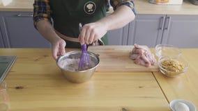 Рука смешивает мимо юркнет мука в шаре сток-видео