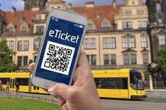 Рука со смартфоном показывая билет e стоковое фото rf