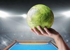 Рука спортсмена держа шарик против предпосылки стадиона Стоковые Изображения RF