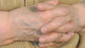 Рука старухи с сморщенной кожей акции видеоматериалы
