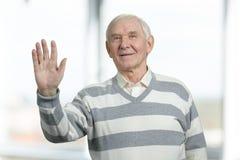 Рука старшего человека развевая счастливо стоковая фотография rf